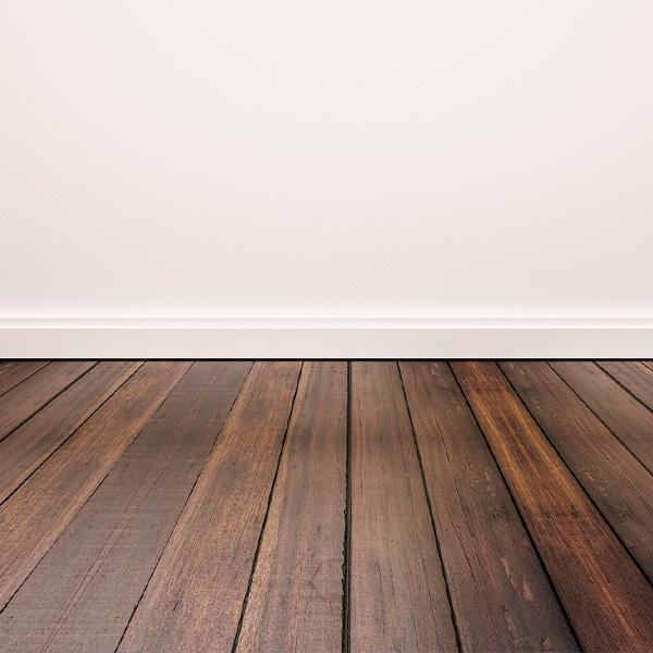 Brązowa podłoga natle ściany
